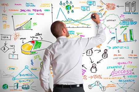 Un consulente fa dei disegni alla lavagna per spiegare l'online marketing