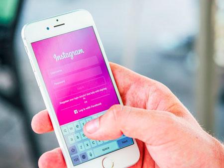 Smartphone con Instagram in funzione