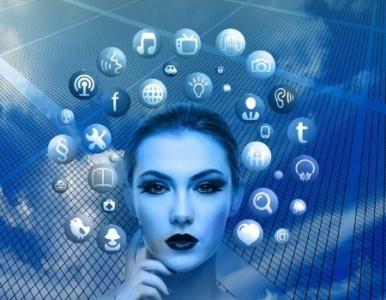 Donna in blu con icone social intorno alla testa