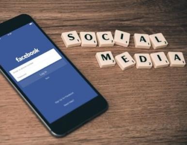 Smartphone con Facebook e scritta social media