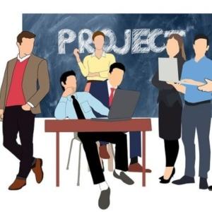 Social media marketing - disegno gruppo di professionisti al lavoro e lavagna con scritto Project