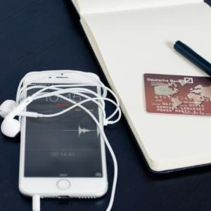 Studio concorrenza - Smartphone con cuffie e carta di credito