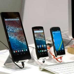 Evoluzione del mercato - tre smartphone accesi