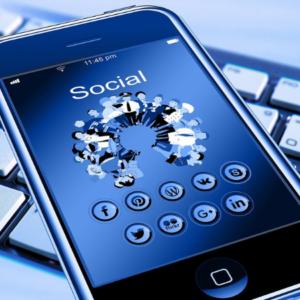 Gestione pagine Facebook - Smartphone con icona social